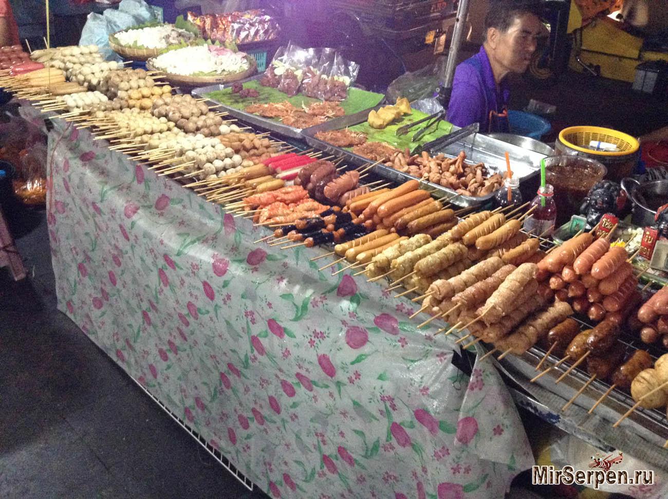 Вкусно пожевать в тайских уличных закусочных