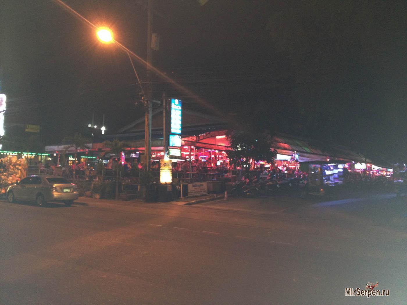 Торговая подача на улицах Паттайи: браслеты, женщины и черепахи