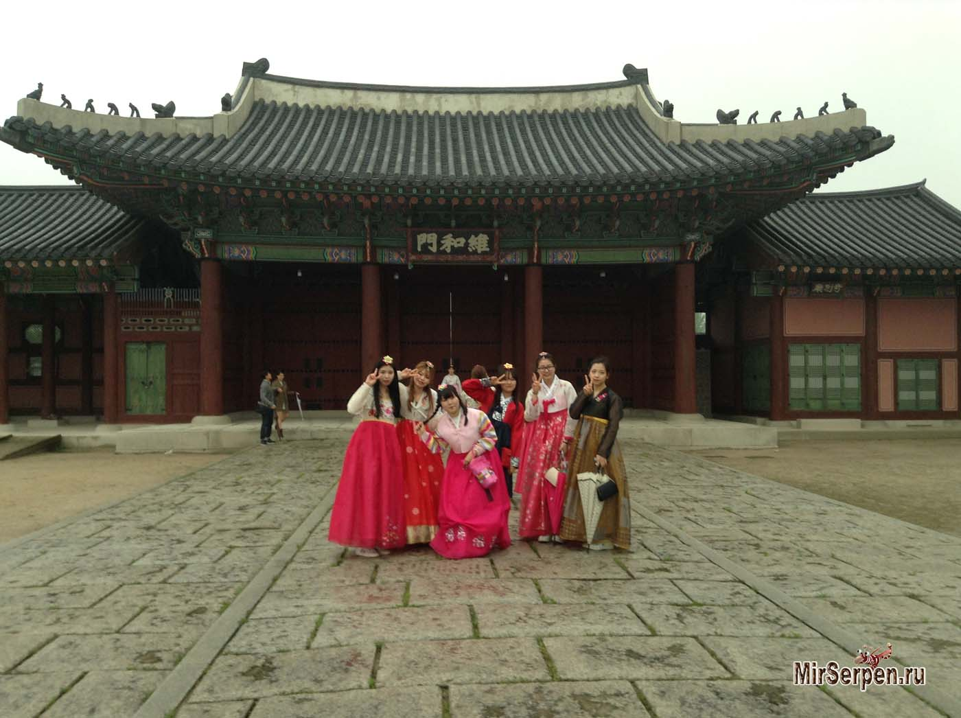 Кореянки в ханбоках на улицах Сеула