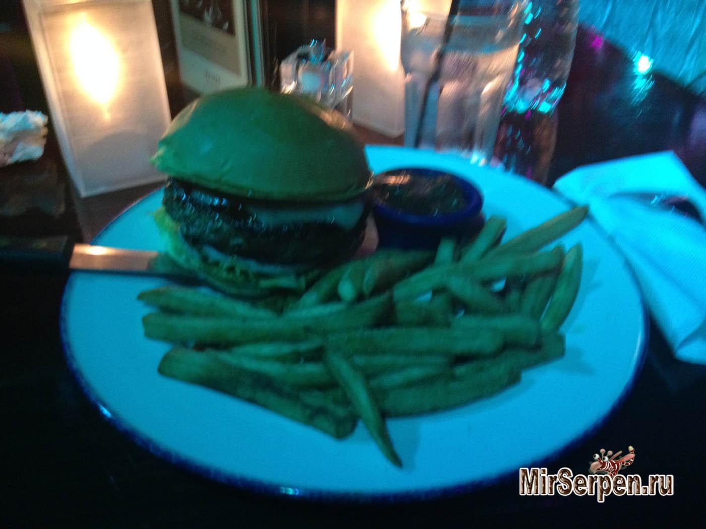 Мегагамбургер в кафе Hard Rock Pattaya