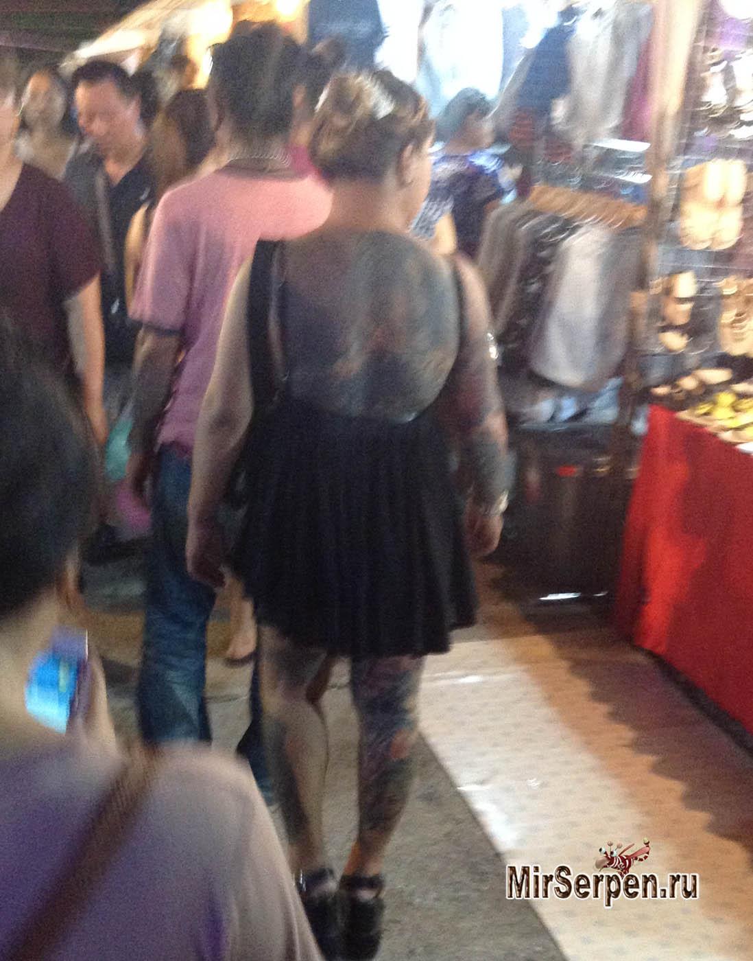 Тайская девушка с татуировкой дракона