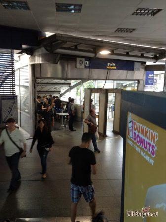 Про меры безопасности в метро Бангкока, рюкзаки, очки и кепки