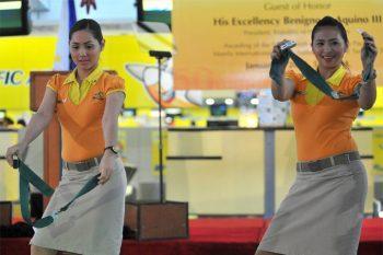 Танцующие стюардессы авиакомпании Cebu Pacific