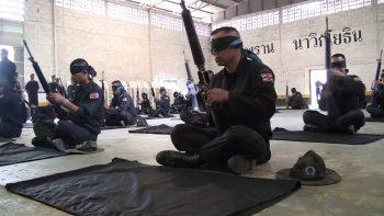 Тайские военные тренируются в сборке оружия