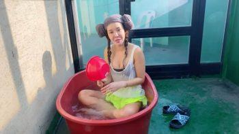 Кореянка плещется в ванночке на крыше дома