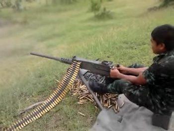 Тайцы стреляют из крупнокалиберного пулемета