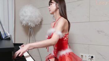 Кореянка 이지Leezy в бикини играет на пианино