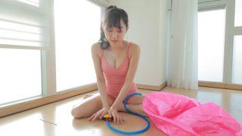 Кореянка дурачится и занимается спортом
